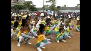 D'autres jeunes de Port-de-Paix dansent pour le drapeau