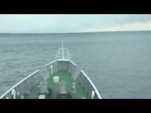 Navio passa pela onda do Tsunami antes dela chegar no Japão