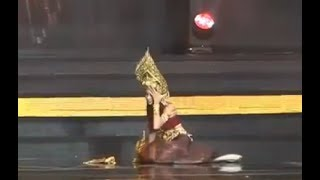 Miss Grand Thailand 2017 Contestant Falls On Stage