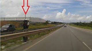 Policial com radar pistola tentando flagrar excesso de velocidade na rodovia