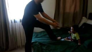 طفل عراقي يتعرض للتعذيب
