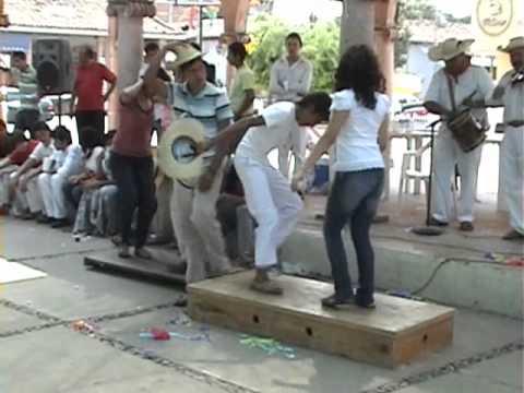 GRUPO LOS CUIRINDALES ASÍ BAILAN LOS SONES DE TIERRA CALIENTE