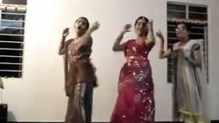 Girls dance on Pilla nuvvu leni jeevitam Song from GabbarSingh