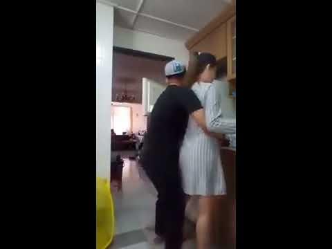Sepasang kekasih bercinta di dapur.