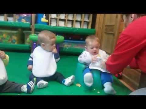 Los bebés pecos s degustan una galleta Escuela Infantil Pecas