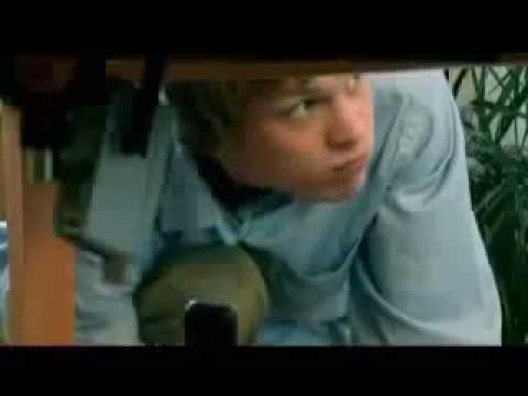 Colocou a camera debaixo da mesa pra ver a mulher passando a mão nas partes intimas