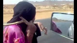 عقوق الوالدين : عجوز نزلوها عيالها وتركوها في الطريق