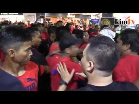 Tegang! Jamal 'baju merah' ditumbuk berdarah ketika cuba merempuh polis