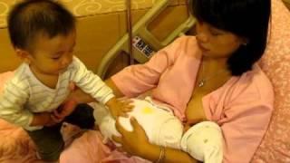 1Y6M5D(豐) 媽媽醫院餵奶大豐給弟弟秀秀