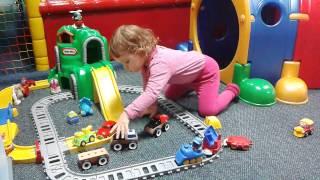 Julka bawi się samochodzikami i pociągami..