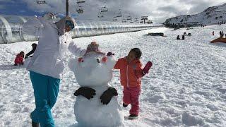 Fun family adventure - Bermain salju - Winter snow playtime, snowman and luge