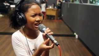 10 year old girl sings Listen!!!