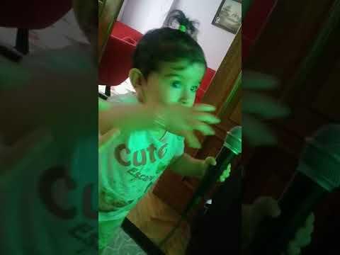 10 aylık bebek şarkı söylüyor yürüyor düşüyor ama mikrofonu elinden birakmıyor yeni yürüyen bebek