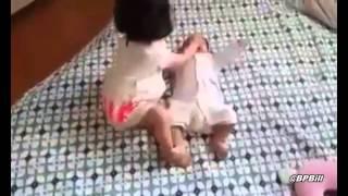 Sister slaps her brother - Chị trông em kiểu úc :)
