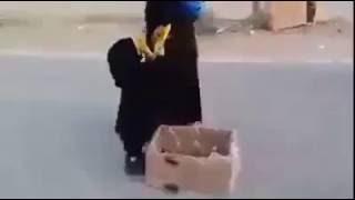 3 years old girl distributing Iftar in Madinah - Masha'Allaah