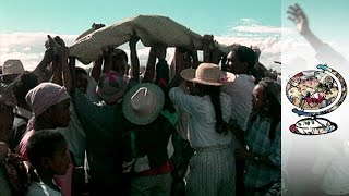 Madagascan Christians Dig Up The Dead (1998)