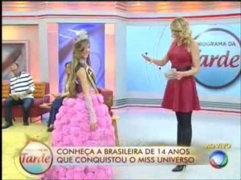 Miss Universo Modelo brasileira de 14 anos compartilha sua glória em programa de TV.
