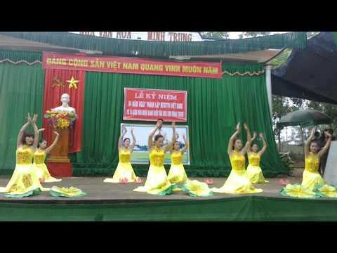 Tốp Múa Minh Trung và bài Người về thăm quê