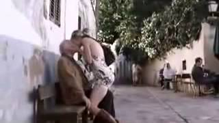 HOT girl seduces old man (Mujer sensual seduce a un viejo)