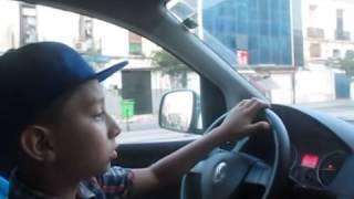 اصغر طفل جزائري يقود سيارة بمهارة فائقة