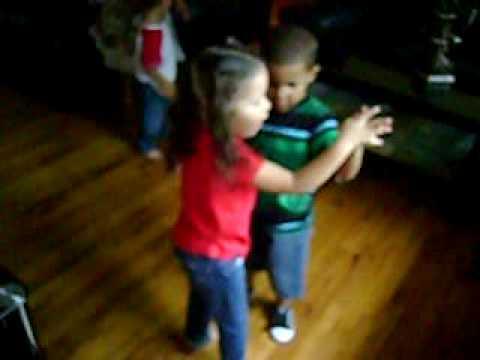 Niños bailando merengue