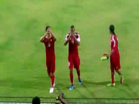 فرحة لاعبي ظفار بعد الفوز على عمان