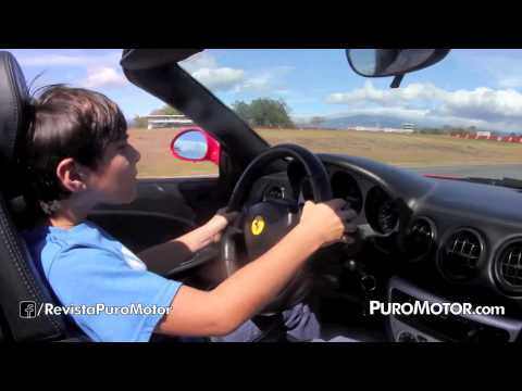 Niño manejando un Ferrari 360 Spyder PuroMotor