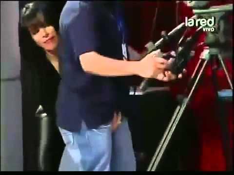 Mujer chilena manosea el pene de un camarógrafo EN VIVO