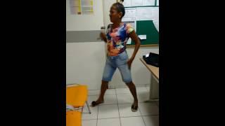 Video engraçado! Mulher cantando e dançando música metralhadora.kk