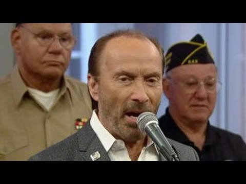 Lee Greenwood performs 'God Bless the