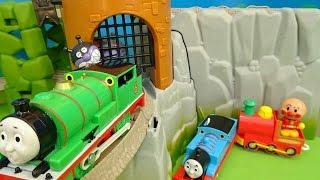 機関車トーマスとアンパンマンとバイキンマンが失われた王冠のレールセットを走ってるよぉ~♪Anpanman♪ゆうぴょん♪♪694