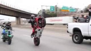 Caravana de motos haciendo trucos.