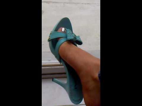 Mis pies con uñas plateadas y tacones altos