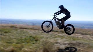 شاهد: دراجة نارية جبلية تعد الأخف في العالم