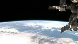 أمريكيان يسيران خارج المحطة الفضائية