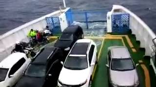 Mar agitado inunda ferry boat