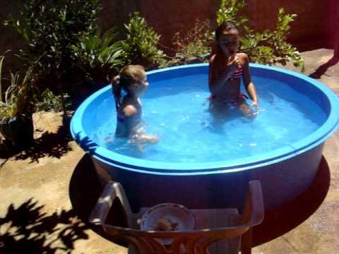 Ana e Ju tomando banho de piscina