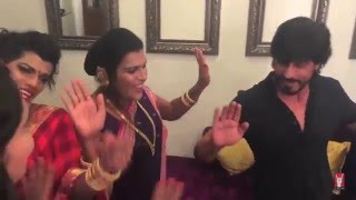 SRK dances with India's transgender Hijra band '6 pack band'  on Jabra FAN song