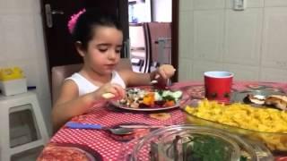 Criança comendo tudo