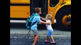 Đây là cách mà cô em gái này ngày ngày ra đón anh trai của mình đi học về