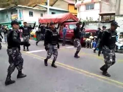 Policia robot bailando en Ecuador