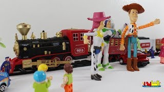 لعبة  وودى من فيلم كارتون حكاية لعبة  وودى يستقبل جيسي فى محطة  القطار وافضل العاب  للاولاد والبنات