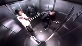 Hombre se tira pedos en un ascensor
