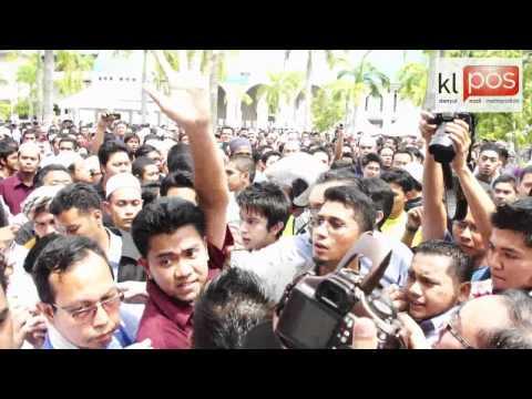 Siswa Berdemo Desak Tarik Balik Gantung Tugas Aziz Bari 21 10 2011