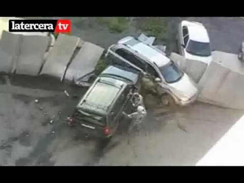 Mujer destroza auto del marido por ataque de celos