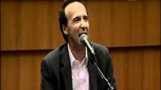 Benigni Show Parla della caduta del governo Berlusconi al Parlamento Europeo.wmv