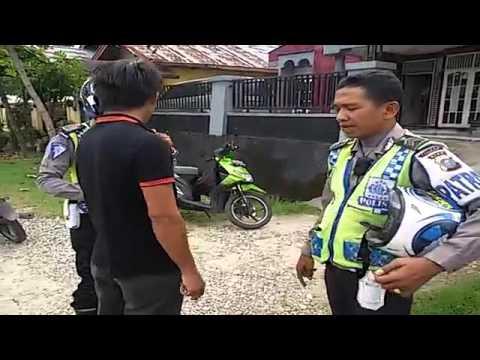 Ditilang Polisi, Pengendara Sepeda Motor Ini Ngamuk