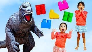 ミニ怪獣と怪獣!脅かしちゃえ!いじわるに仕返しだ~!ブロック遊びと巨大飴☆himawari-CH