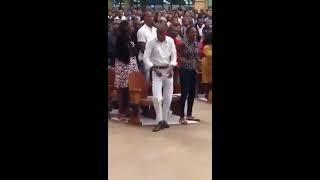 Homem dançando na igreja kkk