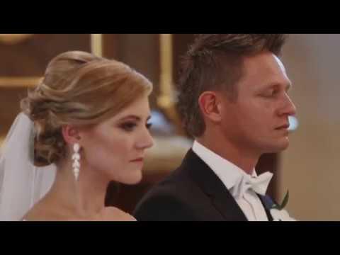 Wzruszona para młoda trąbki na ślubie